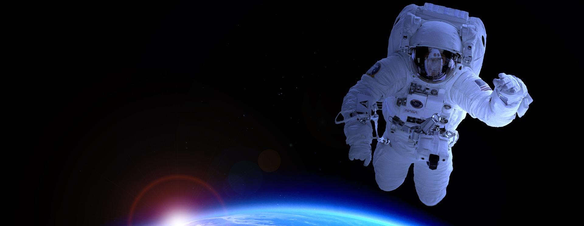 ロシアの宇宙飛行士がISSを離れて宇宙へ